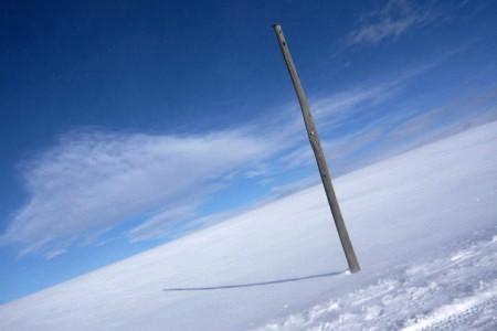 雪原と電柱